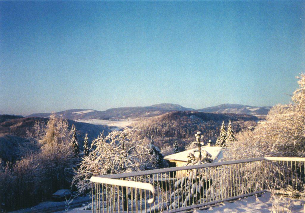 Вид на предгорье Альп с балкона дома в Рамлинсбурге, Швейцария