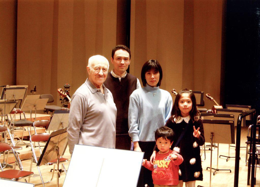 После концерта в Нагойе, Япония, 2002. Рудольф Баршай, его сын Такеши с женой Мотоко, внуки Баршая Рьючи и Момоко