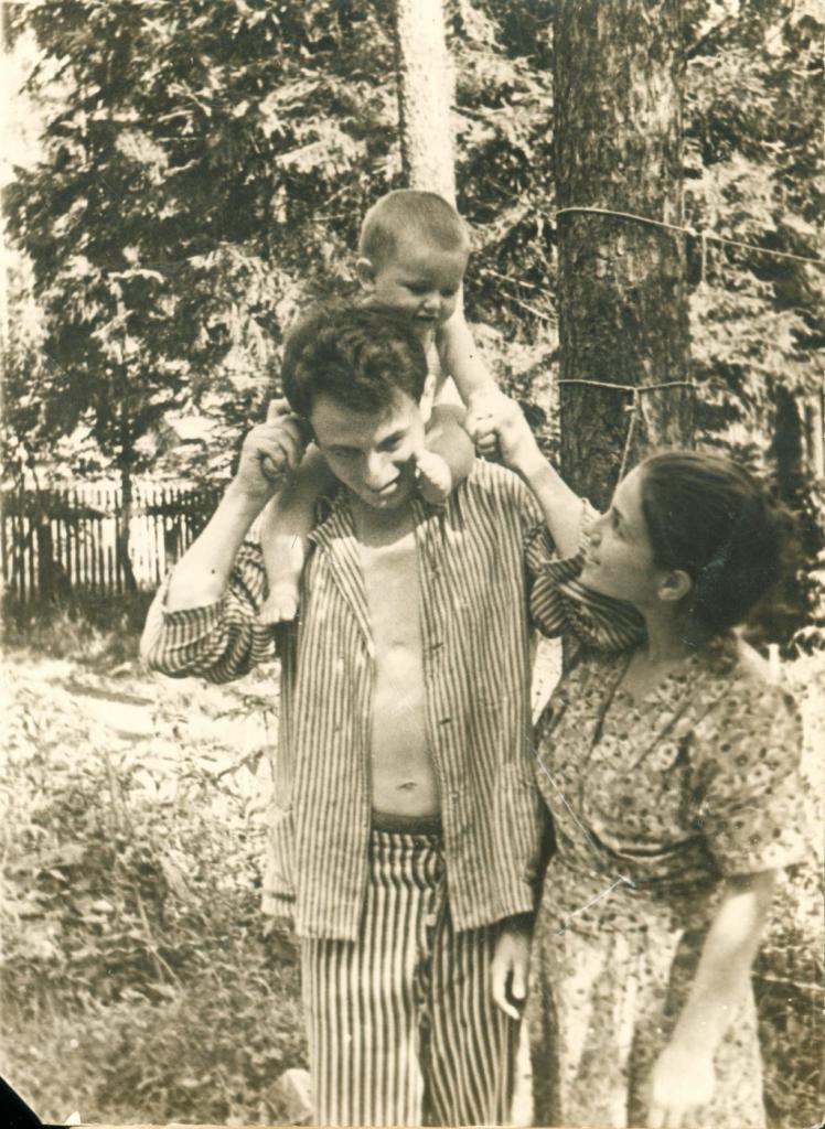 Рудольф и Нина Маркова-Баршай с сыном Левой. 1947