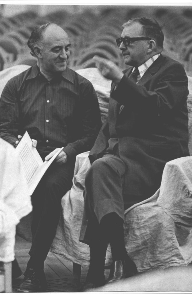 Рудольф Баршай и Дмитрий Шостакович.  На репетиции в Большом зале консерватории.   Москва