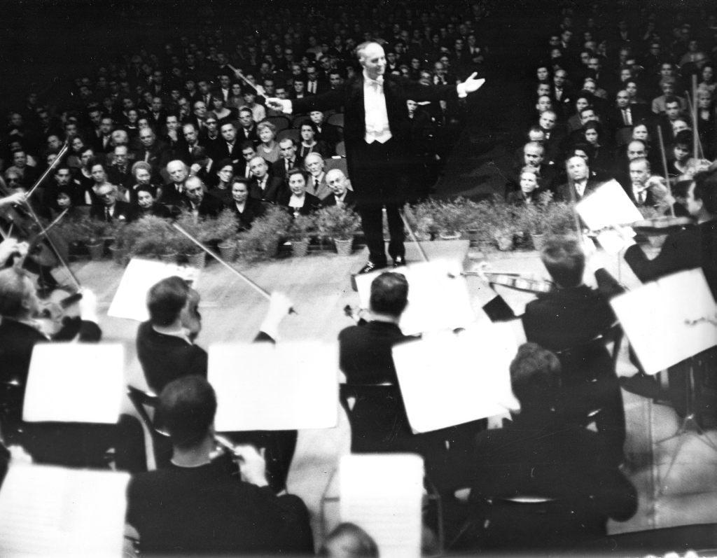 Будапешт, начало 1960-х гг. Московский камерный   оркестр, дирижер Рудольф Баршай. Среди   слушателей в партере Золтан Кодай.